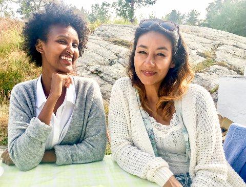 Viviana Halvorsen Olsen (t.h.) får blant annet med seg Ister M. Ali til å lage mat til den eksotiske kafeen.