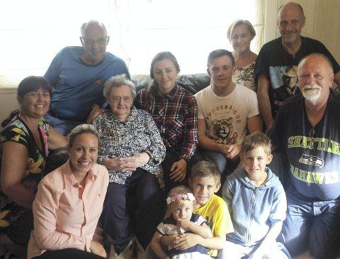 MED FAMILIEN: Sjølve dagen, 15. juli, feira jubilanten i lag med familien på Raunøy. Der har dei kost seg heile veka. private foto