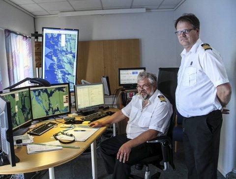 Trafikkleiarar: Kjetil Berg Hansen og Frank Johannessen er maritime trafikkleiarar ved skipsovervakingssentralen på Fedje.