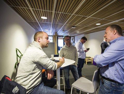 GRÜNDERAR: Jon Ingar Kjenes (t.v.) og Roald Kvam frå Motitech, i samtale med Kenneth Tonning, som er i gang med utvikling av sitt helserelaterte, men førebels hemmelege, produkt. Foto: Morten Sæle