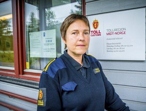 Oddrun Bentsen har flere ganger i år vært alene på vakt på Junkerdal tollsted. Når hun er det, har hun ikke lov til å stoppe bilier på vei inn i Norge. Foto: Christine Karijord