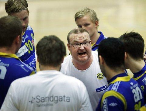 Jesper Svensson skifter fra Junkerens håndballdamer til BHKs håndballherrer. Svensken får ansvaret for å stoppe nedturen hos de blågule etter to nedrykk på rad. Nå skal oppturen starte med en gammel helt ved roret.