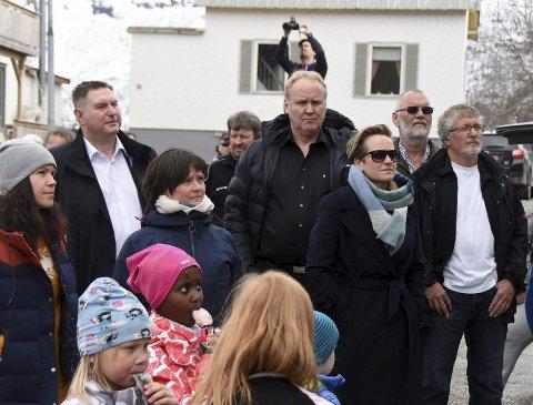 Forslag: John Gunnar Skogvoll (t.h.), her under en politisk markering i Kjøpsvik, ønsker bare én fellesnemnd i Tysfjord, men er ikke sikker på at det vil bli vedtatt. – Vestsiden (Drag, Storjord/Korsnes) har tross alt flertallet i kommunestyret, sier han.  Foto: Øyvind A. Olsen
