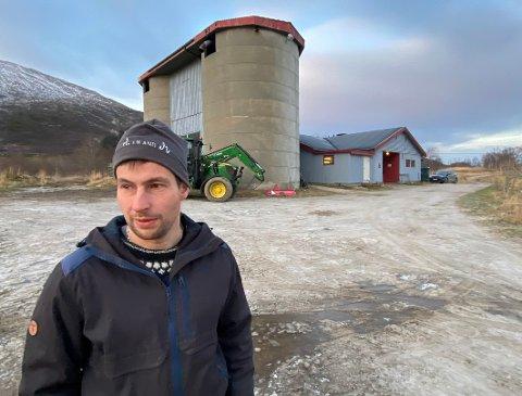Stadig færre: Martin Finvik trives veldig godt som gårdbruker, men beklager at det blir stadig færre kollegaer i næringen. – Det finnes fortsatt mange gode grunner for å satse på landbruk, mener han.