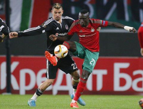 Her er Baye Oumar Niasse (t.h) i aksjon for Lokomotiv Moskva mot Besiktas i Europaligaen.