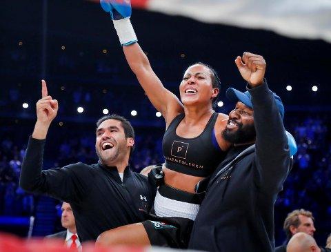 Cecilia Brækhus jubler etter seieren over Anne-Sophie Mathis i Oxslo Spektrum i oktober. At Bergens boksedronning fikk presset gjennom proffboksing i Norge, gjør henne til en sterk kandidat til «Årets navn» på Idrettsgallaen like over nyttår.