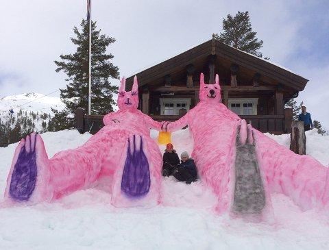 Familien i denne hytten på Mjølfjell har god erfaring med å lage påskefigurer i snøen. På bildet ser du også Tristan Houge og Bernhard Nyland.