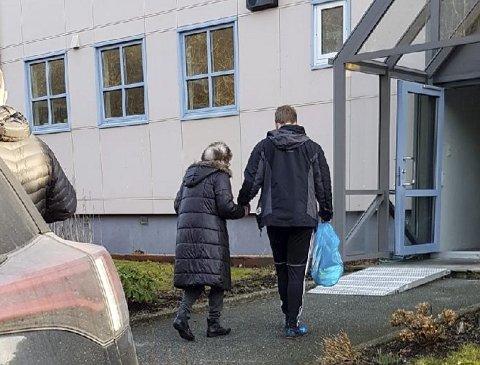 HJEM: Med tre brudd i ryggen blir May Thomsen hjulpet inn i leiligheten etter å ha blitt sendt hjem i drosje fra Haukeland.