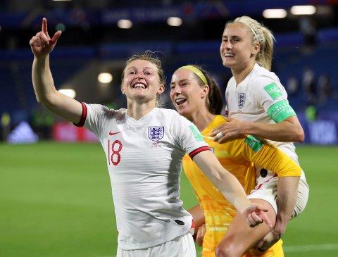 Ellen White (t.v.) Karen Bardsley og Steph Houghton feirer seieren i kvartfinalen mot Norge. (AP Photo/Francisco Seco)