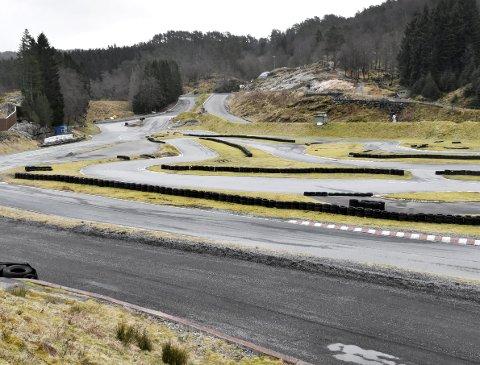 Motorsportanlegget på Eikås går ei usikker framtid i møte. No vil Bergen kommune sjå etter andre areal der eit motorsportanlegg kan byggast.