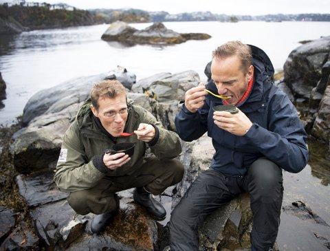 Forsker og matnerd Arne Duinker ved Havforskningen har vært opptatt av sjømat i over 20 år. Nå deler han sine kunnskaper, også med studenter og stjernekokker. Lørdag kveld serverer han mat fra fjæren på Havrommet sammen med biolog Ståle Ellingsen (t.h.). FOTO: ARNE RISTESUND