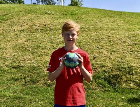 - Det blir for lang pause fra håndballen med to måneder sommerferie, så derfor meldte jeg meg på håndballskolen til Fana, sier Vegard Anspach Thormodsæter (12).