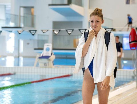Hanne Stemnesfet Næss har drevet med ni forskjellige idretter i oppveksten, og 15-åringen fra Sandviken kvalifiserte seg for seniorlandslaget i svømming i fjor høst. Her fra denne ukens landslagssamling i Ado Arena.