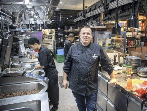 Eirik Sundal i Strandkaien Fisk og Cafe Bergen ville ikke permittere kokken sine. I stedet satte han ned prisene og appellerte til bergenserne om hjelp. Nå klarer de ikke å holde tritt med bestillingene. – Men alle skal få, lover Sundal.