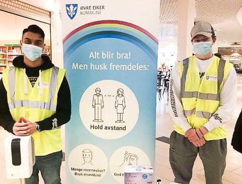 VIKTIG JOBB: Russeguttene Amrit Mehmi og Phillip Nerdrum står på stand for å passe på smittevern i vinterferien.
