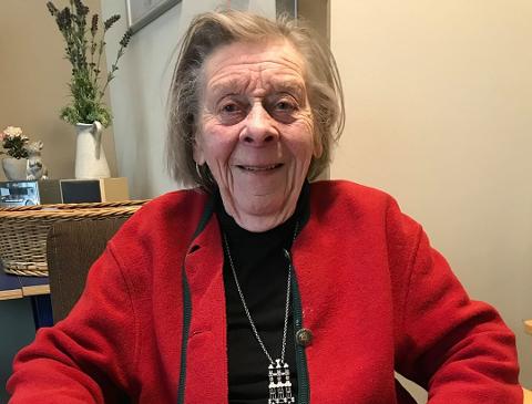 LIVGLAD: 94 år gamle Alfhild Bjørnland døde av korona denne uken. Niesene hennes ønsker å vise at det er mennesker bak alle tallene helsemyndighetene legger fram. Derfor la de ut en melding på facebook for å hedre den livsglade tanten.