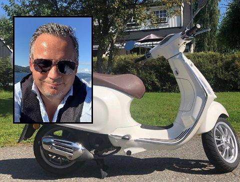 REAGERER: Joachim Lupnaav Johnsen (46) anmeldte en påkjørsel. Nå er saken henlagt – det reagerer 46-åringen på.  Bildet av mopeden er tatt før hendelsen.