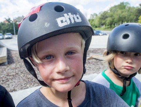 SIKKERHET: Hjelmen er på når skjebnen skal utfordres i skateparken for Emil Andreas Eriksen.