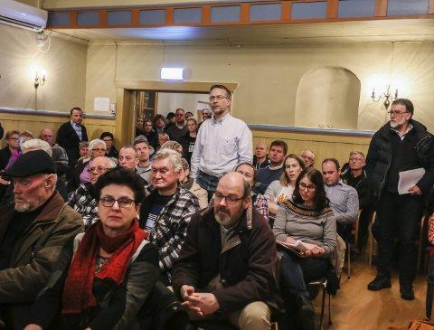 AKTIV: Bonde John Lilleborge (stående i midten) er grunneier helt inntil deponiet. Han ble svært lite beroliget av svarene som ble gitt under folkemøtet, og høstet flere ganger applaus for sine spørsmål og uttalelser under møtet. FOTO: HARRY JOHANSSON