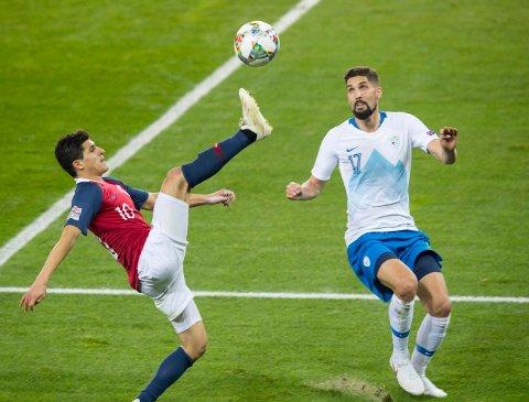 JUBILEUM: Tarik Elyounoussi  mot Miha Mevlja under landskampen i fotball i Nations League mellom Norge og  Slovenia på Ullevaal Stadion fredag.
