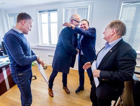 Stor tro. Europris-gründer og tidligere frontfigur i selskapet, Terje Høili, har stor tro på at Pål Wibe og resten av nøkkelpersonene i Europris skal styre selskapet mot en god fremtid. Her gir de hverandre en god klem etter at det ble klart at Europris ikke flyttet lagervirksomheten deres fra Fredrikstad til Moss tilbake i 2017.