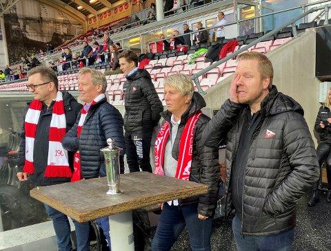 Slik så det ut da Lunde tok til tårene da opprykket ble sikret. Også på bildet: Øyvind Kvammen, Trond Delbekk og Wenche Halvorsen.