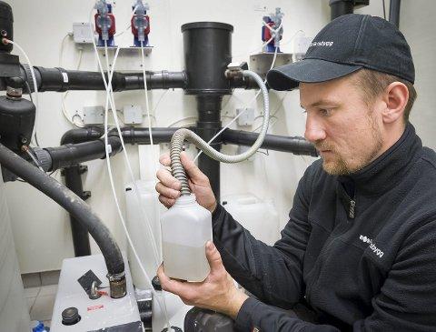 Godkjent: Driftsteknikker for Forsvarsbygg, Jens Lavik Sander har ansvaret for å sende inn vannprøver. FOTO: JENS HAUGEN