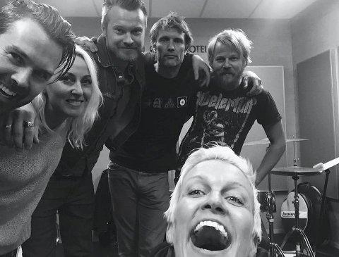 UTE: Sjekk den blide gjengen her, Suzy Dahl dro til Snaxville Records i Nes for å spille inn den nye plata si.FOTO: PRIVAT