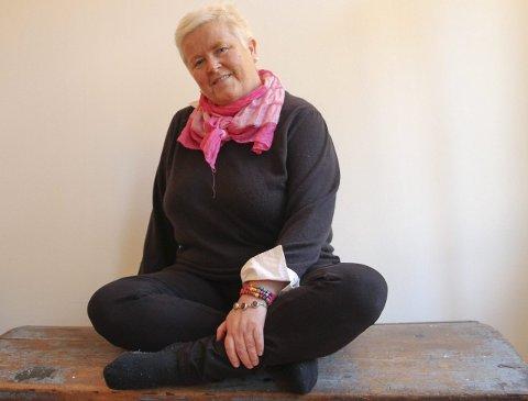 :1. Hilde Raastad sier selv hun burde kastet inn håndkleet før. Homokamp på kirkens premisser holdt på å koste henne helsa. Nå går det framover. 2. Denne plakaten fra Kvinnemuseets utstilling i 20    08, «En annen dans», om homofiles historie, har Hilde hatt på veggen hvor enn hun har bodd. 3. Faksimile, Glåmdalen 12. juni 1995. 4. Faksimile av Glåmdalen 16. oktober 1995. 5. Hildes bok «Rosa skjerf og nyfallen snø», utgitt på Licentia forlag.