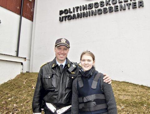 REKRUTT: Politioverbetjent Hans Petter Lade og elevene ved Politihøgskolen på Sæter var stolte over å kunne gi Amalie (14) innblikk i politiets hverdag og utfordringer.