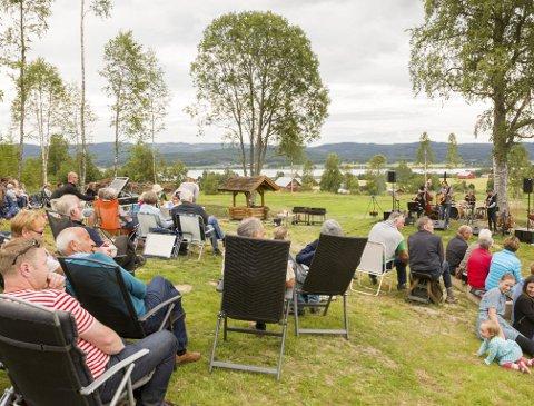 OLSOK: Rundt hundre feststemte mennesker fant veien til Holbergs aller første Olsokfeiring. Initiativtaker og gårdseier Knut Arne Gjems håper det kan bli en tradisjon.