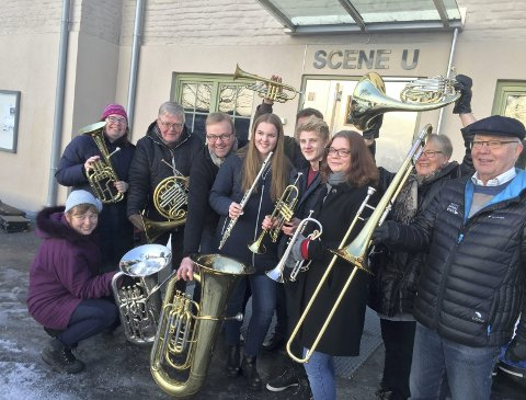 MØTE: Disse korpsmusikerne ser du 17. mai: – Vi vil ha et skolekorps tilbake i Kongsvinger, det er kanskje nå eller aldri! Messingingblåserne frøs nesten fast fingrene, alt for den gode sak.