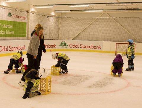 Viktig med aktivitet: Torill Lujbregts i Opptur Kongsvinger mener det er viktig med aktivitetstilbud for alle og liker det hun ser i ishallen, aktive unger.