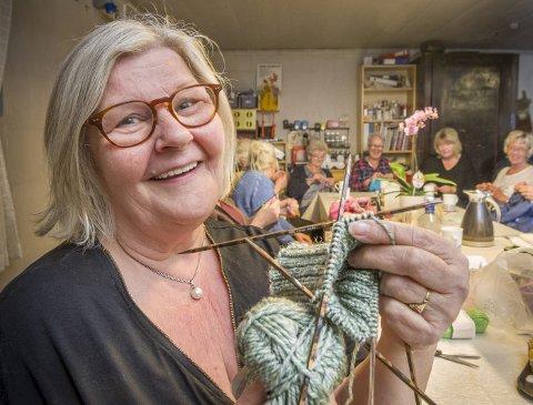 Sokker:       Ann-Berit Breivik har begynt på en sokk. Hun er en av dem som nå strikker varme plagg som skal deles ut til de som trenger det til vinteren. Når hun er ferdig skal sokkeparet varme et par føtter til en som vandrer gatelangs i Oslo.    FOTO: JENS HAUGEN