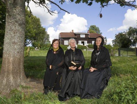 Under eika på Huser gård: Presteenkene tar seg en hvil i hagen. Fra venstre: Maren Wendelboe Binderup, Mette Christine Monrad og Anne Rosing. Bilder: Kjell R. Hermansen
