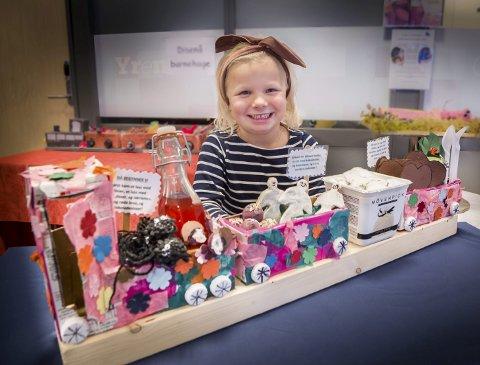 GODTERI: Fem år gamle Maria Stenvaag går i Tronbøl barnehage og har vært med og laget dette toget bestående av lakrislisser, rødbrus, kakemenn og vaniljeis inspirert av André Bjerkes «Nå begynner vi».
