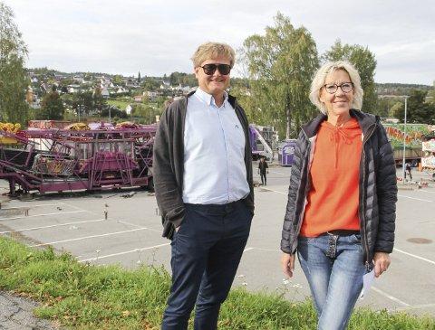 SNART KLART: Tivoliet er i ferd med å reise seg på parkeringsplassen ved Kongssenteret, kan Uno Arnesen og Marvel Sørensen i Byen Vår konstatere.