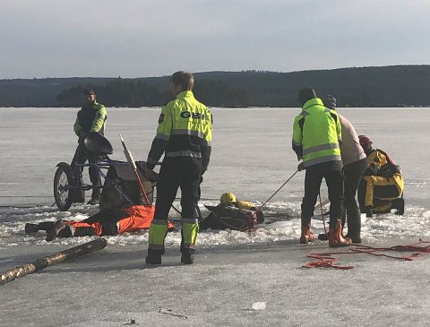 DRAMATIKK: Da hesten falt ut i vannet igjen under redningen, måtte redningsmenn ut og feste tau under gampen, slik at helikopteret kunne løfte den opp av vannet og opp i lufta - inn på tryggere is.