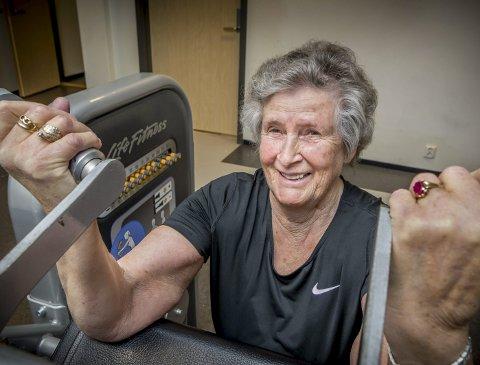 TRIVES: Bjørg Birkeland trives på treningssenteret og er så fornøyd med den mottakelsen og hjelpen hun har fått av de ansatte og de hun trener sammen med. At hun er den eldste på senteret med sine 87 år tenker hun ikke noe på.