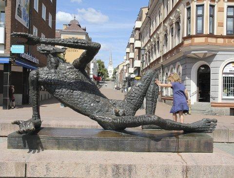 1 Fågelmannen: Han ligger i all sin prakt på torget i Arvika og er både kunst og brukskunst!