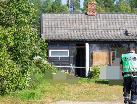 Brannen oppsto i et uthus på eiendommen. I et soverom her ble en kvinne i slutten av 60-årene funnet omkommet.