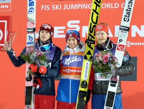 Søre ÅL-hopperen Robert Johansson kom på seierspallen for første gang i verdenscupen denne sesongen på hjemmebane. Fra høyre: Robert Johansson, Kamil Stoch og Dawid Kubacki.