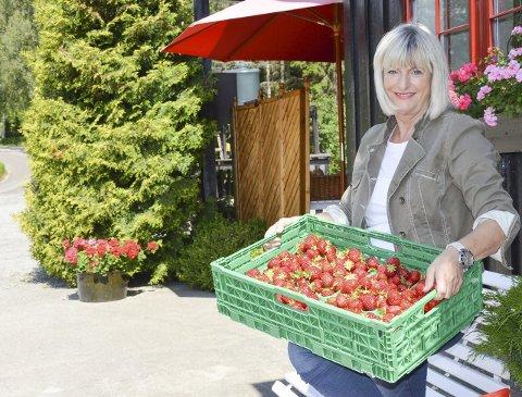 VELKOMMEN! Ragnhild Husaas har bokstavelig talt hendene fulle av jordbær om dagen.