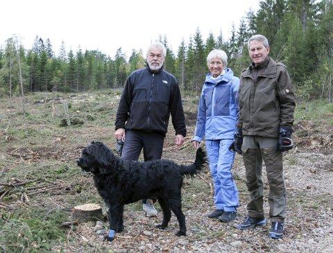 MISFORNØYDE: Per-Erik Kronholm (t.v.), Kari Aarsund og Erik Aarsund liker dårlig at det blir hogget store mengder med skog i området der de daglig går tur. Hunen på bildet er Kronholms og er av typen labradoodle.BEGGE Foto: Morten Ulekleiv