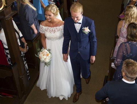 MANN OG KONE: Mia Cecilie Johansen og Marius Lauritzen ga hverandre sitt ja i Idd kirke lørdag 06. august, her er de på vei ut av kirken som mann og kone.