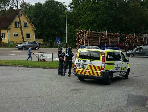 JAKTER PÅ RANER: Politiet har opprettet en væpnet kontrollpost ved Texpizzaen i Rødsveien etter at Coop-butikken ved Østre Lie noen hundre meter unna bleranet like etter klokken 11 i dag.