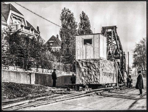 SAKTE, MEN SIKKERT: Transporten brukte tre måneder på den fem kilometer lange ruta gjennom Oslos gater.