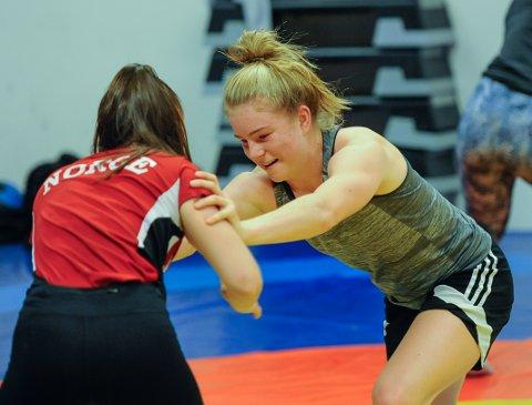 Henriette Jæger (16) får allsidig trening på Wang. Her får hun kjørt seg i bryting.