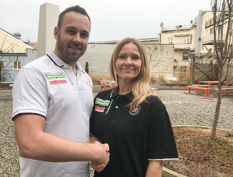 NY MARKEDSSJEF: Marita Kaldestad-Rognøy er ansatt som markedssjef i Halden Topphåndball, og ønskes velkommen av daglig leder Simen Holm.