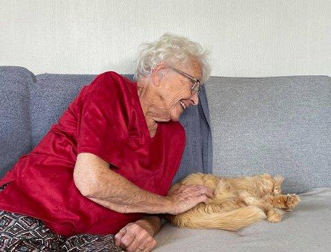 Solveig (86) prøver så godt hun kan å følge med på de digitale løsningene.